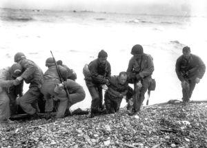 Des soldats américains aident leurs camarades épuisés pendant le débarquement à Utah Beach, le 6 juin 1944.  (AFP)