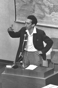 Abba Kovner témoignant (mentant) au procès d'Adolph Eichman,en 1961.
