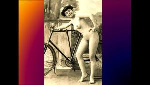 Photo de 1920:on pratiquait déjà le naturisme à vélo.