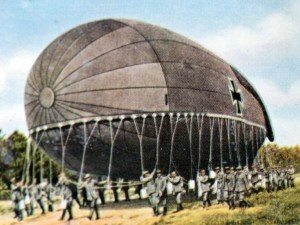 Un dirigeable allemand sur une photo de propagande colorisée. The contemporary colorized German propaganda photo shows the take off of a German moored balloon for field reconnaissance at the Battle of the Somme 1916. Photo: Neumann Archive - NO WIRE SERVICE