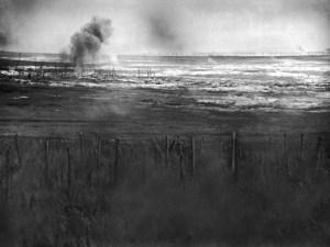 Cette photo a été prise le 1er juillet 1916 à La Boisselle, où des explosifs posés par les Britanniques ont créé un trou gigantesque et marqué le début de l'offensive terrestre, après une semaine de bombardements intensifs. British Artillery bombarding the German trenches prior to the attack on La Boisselle on the opening day of the Battle of Albert, first day of the Somme offensive.     Date: 1 July 1916