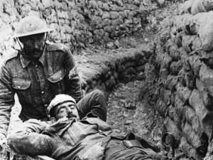 Un soldat britannique blessé est installé sur une civière, près de Carnoy, au lendemain du début des combats à La Boisselle, le 2 juillet 1916. A wounded British soldier on a stretcher, injured during an attack near the village of Carnoy, part of the battle for La Boisselle, which which was taken on 4 July     Date: 2 July 1916