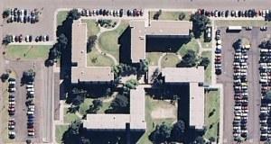 Ironiquement, ce bâtiment en forme de croix gammée situé en Californie est une base de la marine de guerre des États-Unis. Et devinez quoi? Ils ont dépensé des centaines de milliers de dollars pour en dissimuler la forme.