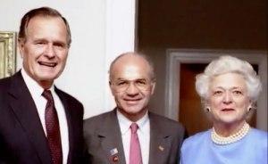 Kenneth Lay encadré par George Bush père et son épouse Barbara