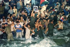 En 1991,il inaugurait le Grand Bassin de Nubie...grâce  aux propres finances du Peuple Libyen.La Libye ne faisait pas affaires avec les banques de Rotschild.