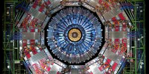 Le LHC, construit par le CERN, est la chose la plus complexe jamais créée par l'homme avec ses 27 kilomètres de circonférence enfuis dans le sol à 174 mètres de profondeur. C'est le plus grand accélérateur de particules un monde qui permet de créer des collisions de protons quasiment à la vitesse de la lumière. Certains scientifiques étaient même un peu inquiets que tout cela conduise à la création d'un trou noir ou d'un trou de ver… ou éventuellement à l'exploration temporelle.