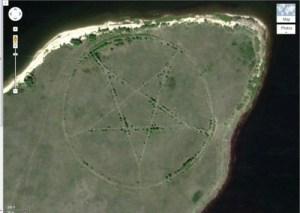Ce pentacle se trouve dans un coin isolé du Kazakhstan et mesure 366 mètres de diamètre. Ce pentacle gravé au sol est une découverte plutôt étrange et obscure, car localisée dans les steppes d'Asie Centrale.