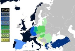 L,expansion de l'OTAN a suivi les révolutions colorées en Europe,planifiées par la CIA. L'UE est une basse-cours  américaine,maintenant.
