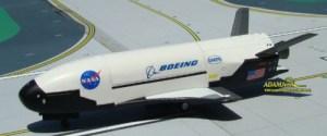 Le concept du Boeing X-37B est de créer un appareil volant capable de survivre dans l'espace. Fruit d'une collaboration entre le ministère de la défense américain et la NASA, personne ne sait exactement ce qu'il en est du Boeing X-378. Nous savons simplement qu'il peut rester dans l'espace pendant un mois et qu'il peut ensuite se poser sur la Terre comme un avion ordinaire. La mise en orbite s'effectue à l'aide d'un réacteur de fusée à usage unique.