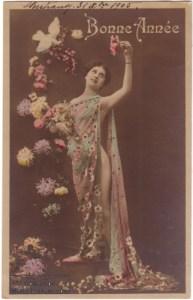 Cette carte postale est datée de 1905. Cette belle grassette nue sous ses drappés et parmis les fleurs, vous souhaite une bonne année ...