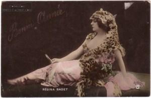 Carte de voeux avec la photograpie de l'actice Regina Badet. Cette actrice du cinéma muet est née en 1876, et elle est décédée en 1949. carte de voeux censuelle dans laquelle l'actrice laisse apparaitre un sein de sa peau de tigre.