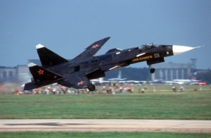 Le Sukhoi SU-47 fut le fruit de l'ingénierie russe. Ce prototype d'avion de combat supersonique a vu le jour pendant la guerre froide. Le SU-47 était un avion véloce pouvant atteindre des vitesses supérieures à Mach 1. Son design incomparable avec son aile en flèche inversée lui permettait d'atteindre des vitesses très élevées.