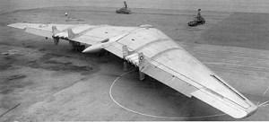 Le Northrop XB-35 illustre parfaitement l'idée qu'en essayant de nouvelles choses on peut réaliser des objectifs scientifiques spécifiques. L'idée derrière le bombardier Northrop XB-35 était de créer un avion qui fonctionnerait non pas contre, mais en symbiose avec les facteurs environnementaux et les courants aériens. Dans les années 40, le XB-35 faisait si bien l'affaire qu'on lui donna le nom d'aile volante. La conception de l'avion permettait de réduire la traîne et d'en faire un appareil énergétiquement très efficient, ce qui est un avantage indéniable lors de longues missions. Cependant, des problèmes rencontrés avec les hélices ont finalement mis un terme au projet.