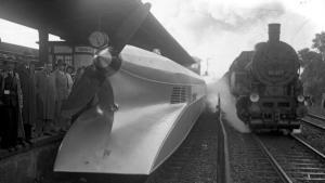 Le schienenzeppelin était un wagon conçu pour ressembler à un zeppelin, vu de l'arrière. Il a été conçu par Franz Kruckenberg en 1929.