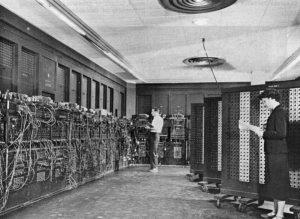 """ENIAC (INTÉGRATEUR NUMÉRIQUE ÉLECTRONIQUE ET INFORMATIQUE)  Surnommé «Le cerveau géant» en raison de sa taille, cet ordinateur au début d'abord révélé le 15 Février 1946, a été annoncée pour sa capacité à résoudre """"une grande classe de problèmes numériques."""""""