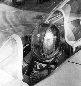 """Le """"pilote d'essai"""" Erwin Ziller dans une combinaison Draeger développée depuis 1941. L,appareil semble être un Horten,une aile volante."""