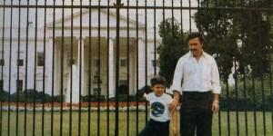 Pablo Escobar était très recherché  par les principaux organismes gouvernementaux américains, mais cela ne l'a pas empêcher de visiter les États-Unis en tant que touriste à l'occasion. Selon son fils, ils ont  visité  Disneyland à quelques reprises.