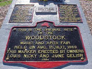 Une plaque commémorative a été érigée sur les lieux du spectacle.