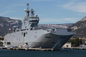Le Dixmude Ce navire d'assaut utilisé par la marine française peut faire des merveilles. En dehors de sa capacité de transport hélicoptère, il peut également accueillir un char d'assaut et beaucoup d'autres véhicules.