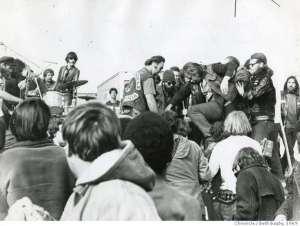La violence des Hell Angels s'installe et Mick Jagger s'arrête un instant de chanter.