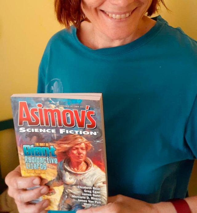 Michèle et son numéro d'Asimov's dans les mains