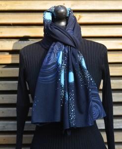 Étole en maille de laine mélangée bleue, imprimée en sérigraphie