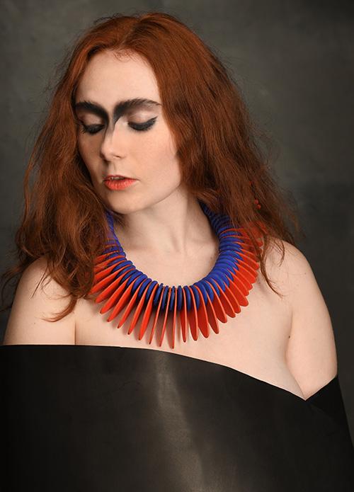 orange-bleu-noir-collier-cuir-design-michèle-forest
