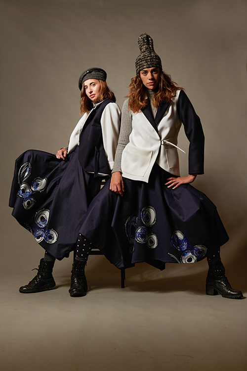 veste-dyssimetrique-blanche-jupe-jongue-bleu-impression-motifs-hiver-2021-michele-forest