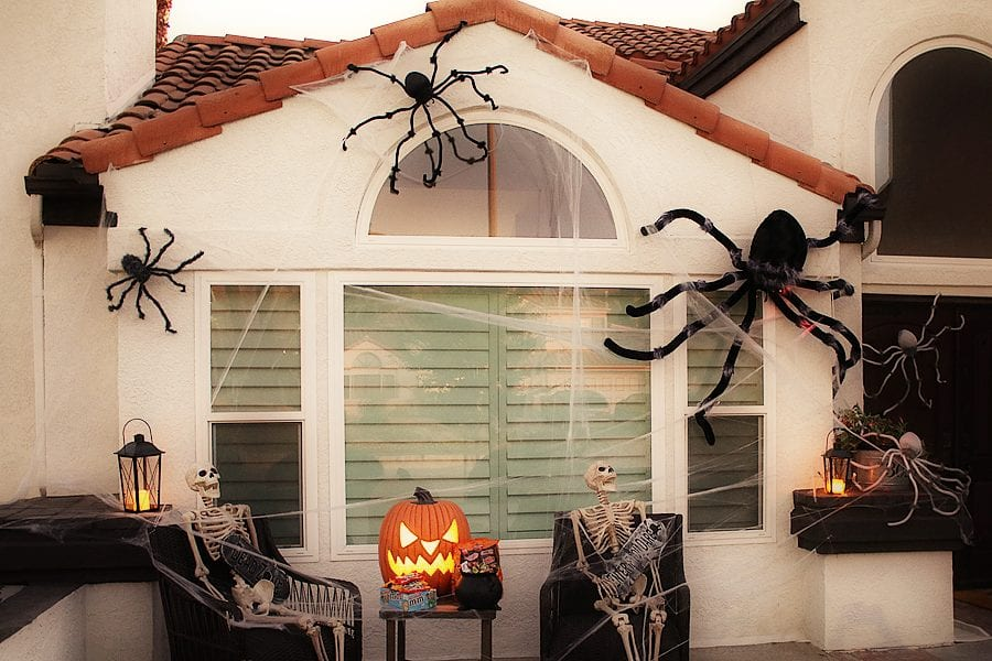 Easy spider porch decorating ideas 9