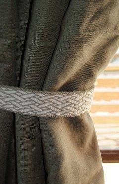 """Un galon large en laine, motif """"Birka"""", utilisé ici comme embrasse de rideau!"""