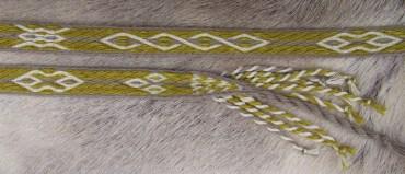 ■Ceinture en laine motifs de Mammen (Danemark, Xème siècle) teintée chêne + fer et gaude + fer avec 19 tablettes (technique sergé 3-1)