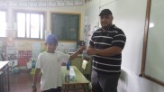 EL PRESIDENTE DE NUESTRA COOPERATIVA LE HACE ENTREGA DEL DONATIVO