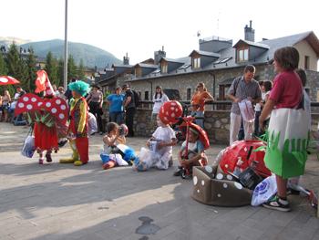 Mico desfile infantil en la plaza
