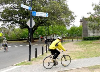 Sydney riders follow the standardised signage outlined in the Austroads Bicycle Wayfinding report