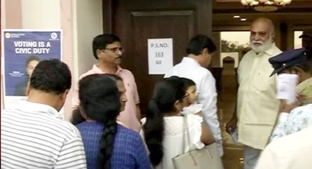 Telugu news Tollywood director Raghavendra Rao face embarrassing situation while bypassed que in polling station Telangana assembly election