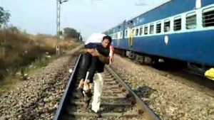 Police constable rescued injured man felled from running train by carrying him on shoulders in hoshngabad Madhya Pradesh