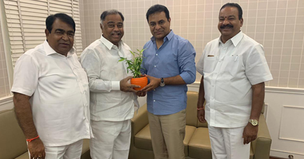 Telangana paler MLA and former minister Kandati upender reddy joining TRS party.