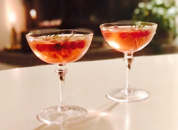 Apelsin- och tranbärsdrink med mousserande vin och julkryddor