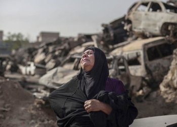 Fatima Ahmed Aswad cries, as the body of her 15-year old daughter sana is exhumed in Mosul for forensic investigation in order to receive a deth certificate/AP