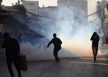 Kurdish Protesters run away from tear gaz during rally agains the Kurdistan Regional government Sulaimaniyah,Iraq /REUTERS