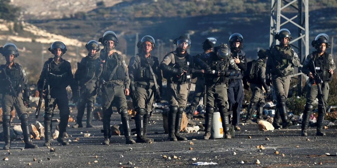 Border Police officers taking position during clashes with Palestinians near the settlements of Beit Eli, close to Ramallah. MOHAMAD TOROKMAN/ REUTERS