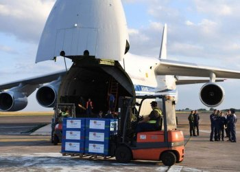 Russian personnel (R) stands by as crates containing humanitarian aid are loaded onto an Antonov An-124 Ruslan - Widebody at the former Chateauroux-Deols Marcel Dassault Airport in central France on July 20, 2018. (Alain Jocard/AFP)