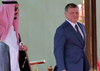 Saudi Arabia's King Salman bin Abdulaziz al-Saud and Jordanian King Abdullah II attend a welcome ceremony at the airport in the Jordanian capital Amman on March 27, 2017 ahead of the 28th Summit of the Arab League. / AFP PHOTO / Khalil MAZRAAWI