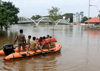 Rescue personnel patrol the flooded waters on the banks of Periyar River after the opening of Idamalayar and Cheruthoni dam shutters following heavy rains, on the outskirts of Kochi, August 10,2018. REUTERS/Sivaram V