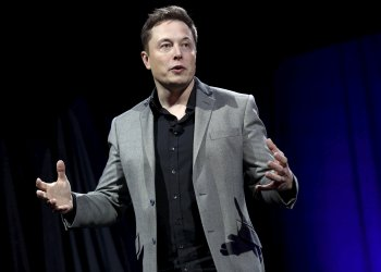 FILE PHOTO: Tesla Motors CEO Elon Musk reveals the Tesla Energy Powerwall Home Battery during an event in Hawthorne, California, U.S., April 30, 2015. REUTERS/Patrick T. Fallon/File Photo