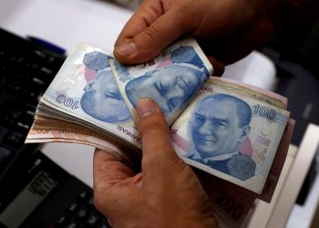 FILE PHOTO: A money changer counts Turkish lira banknotes at a currency exchange office in Istanbul, Turkey August 2, 2018. REUTERS/Murad Sezer
