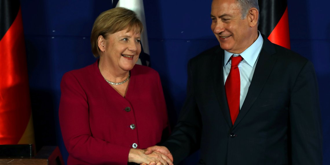 German Chancellor Angela Merkel (L) shakes hands with Israeli Prime Minister Benjamin Netanyahu during a joint news conference in Jerusalem October 4, 2018. REUTERS/Ammar Awad