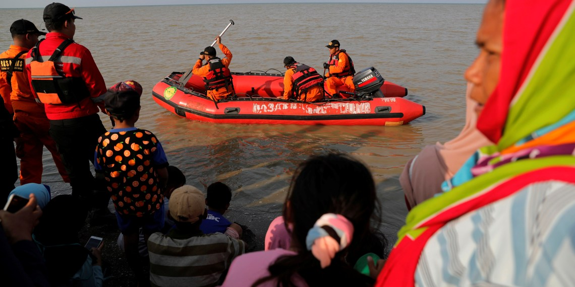 People watch rescue team members prepare the boat heading to the Lion Air, flight JT610, sea crash site off the coast of Karawang regency, West Java province, Indonesia, October 29, 2018. REUTERS/Beawiharta