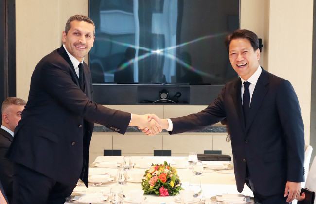 South Korea's presidential chief of staff Im Jong-seok shaking hands with Khaldoon Al Mubarak, chairman of the Executive Affairs Authority of Abu Dhabi, during a meeting in Seoul on Nov. 2, 2018. (Yonhap news agency) South Korea's presidential chief of staff Im Jong-seok shaking hands with Khaldoon Al Mubarak, chairman of the Executive Affairs Authority of Abu Dhabi, during a meeting in Seoul on Nov. 2, 2018. (Yonhap news agency) South Korea's presidential chief of staff Im Jong-seok shaking hands with Khaldoon Al Mubarak, chairman of the Executive Affairs Authority of Abu Dhabi, during a meeting in Seoul on Nov. 2, 2018. (Yonhap news agency)