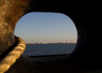 FILE PHOTO: A general view of an oil dock is seen from a ship at the port of Kalantari in the city of Chabahar, 300km (186 miles) east of the Strait of Hormuz January 17, 2012. REUTERS/Raheb Homavandi